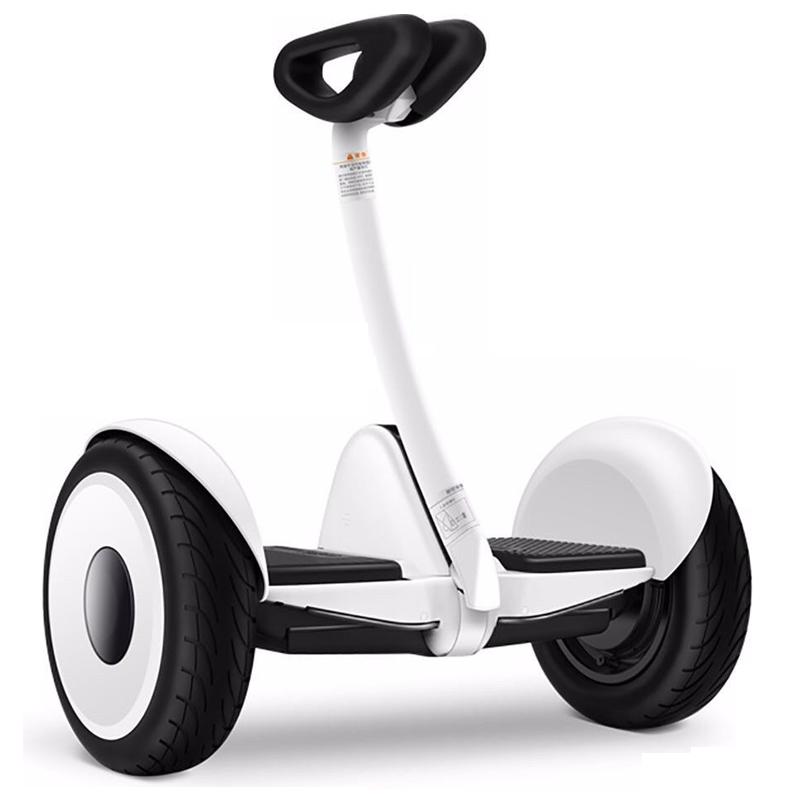 Гироскутер Xiaomi Ninebot Mini БелыйСигвеи<br>Гироскутер Xiaomi Ninebot – одно из самых удивительных средств передвижения в XXI веке. Несмотря на массу устройства в 12,8 кг, оно имеет достаточно крепкую конструкцию, что позволяет ему с лёгкостью выдержать нагрузку до 85 кг, даже при подъёме в гору с углом наклона в 15 градусов. Для изготовления корпуса был использован проверенный материал из сплава магния, что стал известным, благодаря своей невероятной прочности            Мощный двигатель, выдающий 700Вт, и надёжный аккумулятор, позволяют скутеру разогнаться до 16 км/ч, проехав целых 22 км с такой скоростью. Гаджет имеет высокую маневренность, о чём свидетельствует его возможность вращаться вокруг своей оси, находясь на одном месте                  Чтобы освоить езду на гироскутере не понадобится много времени - всего лишь несколько минут практики в день, после которых вы сможете почувствовать в себе полную уверенность для поездок по городу. А поддерживать равновесие и скорость, в свою очередь, помогут высокотехнологические встроенные приборы. Кроме этого, в скутере есть датчики автоматического освещения и светодиоды, отображающие сигналы торможения и поворота. Они позволят вам без волнения ездить в любое время суток. Яркость фонарей как в передней, так и в задней части гидроскутера регулируется вами лично           Как бонус к использованию гироскутера Xiaomi Ninebot прилагается уникальная программа, предназначенная для смартфонов, благодаря которой вы сможете просмотреть общую информацию об устройстве и даже управлять им в дистанционном режиме                            Руководство по эксплуатации можно скачать здесь<br>