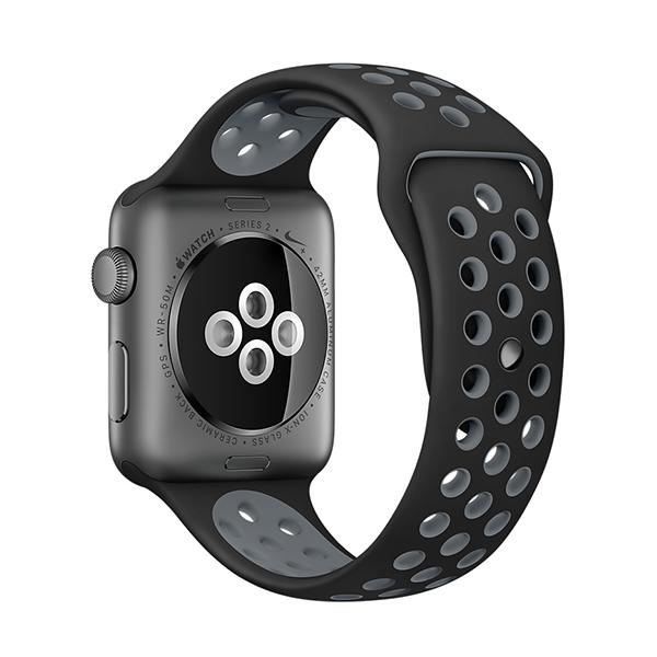 Ремешок спортивный Dot Style для Apple Watch 38mm Черно-СерыйРемешки<br>Новая серия спортивных ремешков из гипоаллергенного силикона для Apple Watch         Перфорация не только добавляет стиля, но и позволяет большей площади кожи запястья дышать, что бывает особенно важно при значительном потоотделении во время занятий спортом                 Длина ремешка подойдет для запястья обхватом от 130 до 200 миллиметров<br>