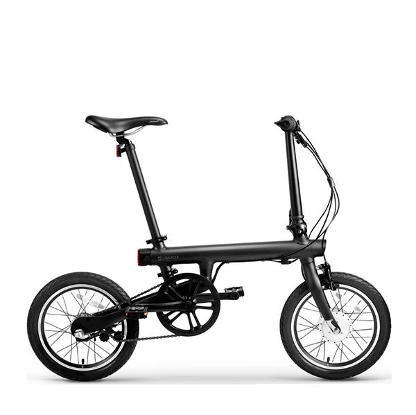 Складной электровелосипед Xiaomi Mi Qicycle ЧерныйЭлектровелосипеды<br>Встречайте инновационный складной электровелосипед от Китайской Apple. Все выполнено на высшем уровне, но обо всем по порядку:          Корпус велосипеда выполнен из легкосплавного алюминия, благодаря чему конечный вес составляет всего 14.5 килограмм, и имеет уникальную конструкцию, позволяющую сложить его до компактных размеров для перевозки в багажнике авто например             Несмотря на электронную начинку, велосипед защищен от воды по стандарту IPX7. Передачи и механизмы разработаны компанией Shimano (у рыболовов срывает фрикцион при упоминании одного названия этой компании)                  Но главной изюминкой все-же является электродвигатель мощностью 250 Ватт (36 Вольт), способный разогнать ездока до 20 км/час, а емкий аккумулятор от Panasonic, аналогичный тому что используют Telsa в своих электрокарах, способен провезти до 45 километров на одном заряде                   Также у велосипеда есть датчик педальной тяги ТТМ, разработанный компанией IDbike B.V. Он является помощником при езде по пресеченной местности и в других подобных ситуациях. Когда датчик понимает, что пользователю сложно крутить педали, он подключает электромотор и скорость движения значительно увеличивается                       На руле велосипеда расположился бортовой компьютер с дисплеем. Он следит за скоростью, пройденной дистанцией, запасом заряда, способен проводить диагностику неисправностей                 Кроме этого, велосипед получил инновационные ободные барабанные тормоза, аналогичные тем, что используют автопроизводители. Они смогут остановить вас как в любой экстремальной ситуации, так и повседневной спокойной жизни                 Благодаря бесплатному приложению в Appstore и Google Market, вы сможете синхронизировать данные с смартфоном по bluetooth (он тоже присутствует)               Кроме того вы сможете подзарядить смартфон на ходу от аккумулятора велосипеда, благодаря специальному выходу на руле. 