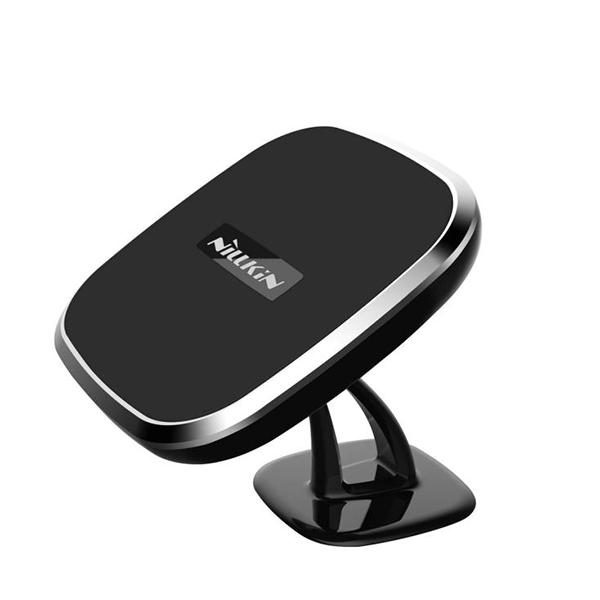 Автодержатель магнитный с беспроводной зарядкой Nillkin Car Magnetic II-CДержатели (авто)<br>Уникальный в своем роде автомобильный держатель сочетает в себе самые передовые технологии, доступные на данный момент. Устройство фиксируется на любую плоскость благодаря самоклеящейся поверхности, не оставляющей следов. Будь то лобовое стекло или приборная панель          Второе поколение cамого функционального автомобильного держателя на рынке стало еще функциональнее, надежнее и стильнее. Устройство получило стальную шарнирную головку, позволяющую поворачивать держатель в наиболее удобном для водителя положении             Внутрь интегрированы мощные ниодимовые магниты для совместимых аксессуаров (металлические стикеры на смартфон в комплекте), а так же беспроводная зарядка стандарта Qi (самая популярная и единственная на данный момент на рынке)                  В результате вы получаете самый удобный и одновременно функциональный автодержатель для смартфонов на рынке.*Для работы с iPhone требуется дополнительный чехол с модулем приема или специальная стелька.             ХАРАКТЕРИСТИКИ:     Входной ток: 5 Вольт 2 Ампер   Выходная мощность: 5 Вольт 1 Ампер   вес: 92.4 грамм   габариты: 71.2*71.2*53.2м   Дистанция зарядки: до 6 мм   Эффективность зарядки: более 70%   Стандарт Qi<br>